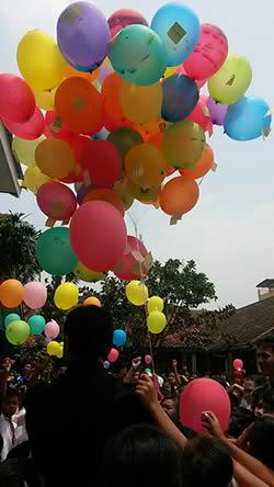 walikota Bogor, Bima Arya, melepas balon cita-cita